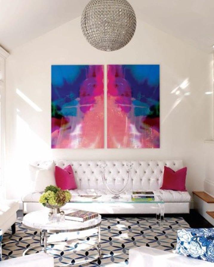wohnzimmer gestalten in weiß mit wandgestaltung in blau und pink-pendelleuchte diskokugel-weißes Ledersofa mit weißen und rosafarbigen kissen