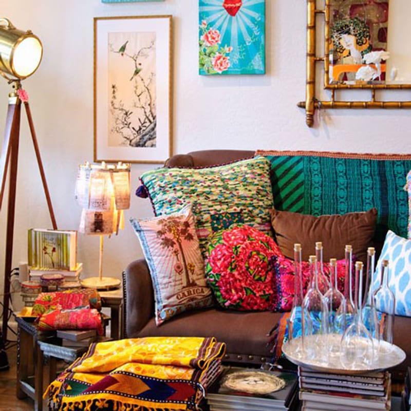 wohnzimmer gestalten mit farbigen kissen und Wandgestaltung mit Bilderrahmen