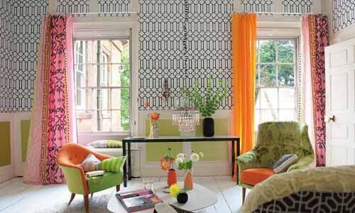 wohnzimmergestaltung mit polstersesseln in grün und orange-wandgestaltung