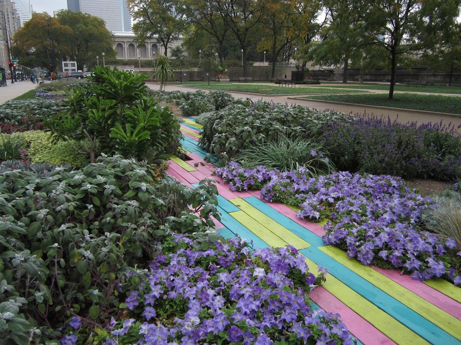 gartenideen mit farbigen gartenwege aus paletten paletten idee - Gartenideen