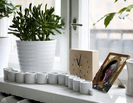 weiße teelichthalter und vase aus keramik-holzuhr