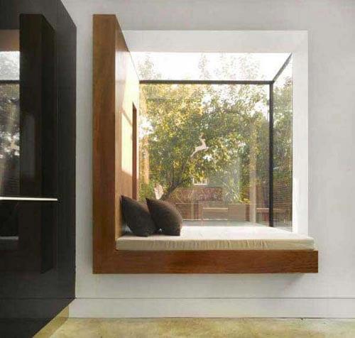 fensterbank aus holz-modernes schlafzimmer mit bett auf der fensterbank