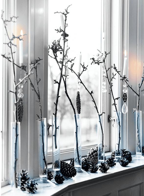 fensterbank deko mit colben und Zweigen