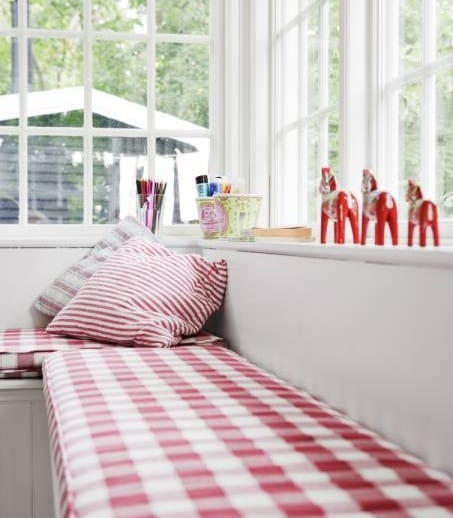 fensterbank in rot dekorieren-kissen in weiß und rot kariert