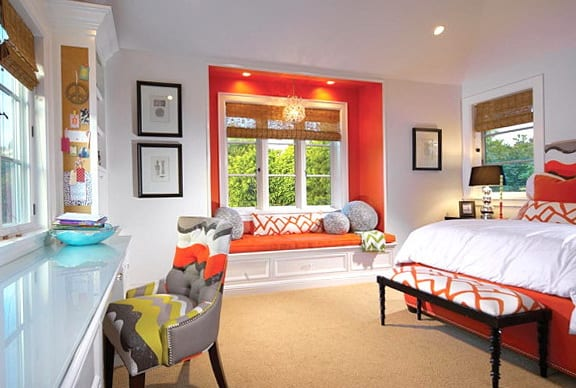 modernes schlafzimmer mit fensternische in orange- bett orange-moderner polsterstul grau