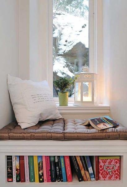fensterbank dekorieren mit Sitzkissen und Bücheregal