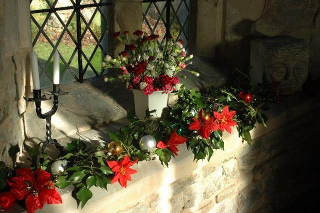 fensterbank naturstein mit Weihnachtssternen dekorieren