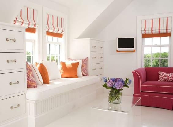 zimmer dekoriren in weiß und orange- orange fensterrollos-weiße fensterbank  dekorieren mit orangen kissen