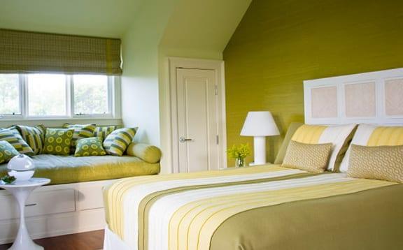 schlafzimmer grün-grüne bettwäsche-fensterbank mit schubladen und grüne kissen