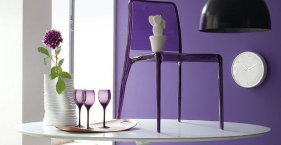 lila wandfarbe und lila stuhl aus acrylglas