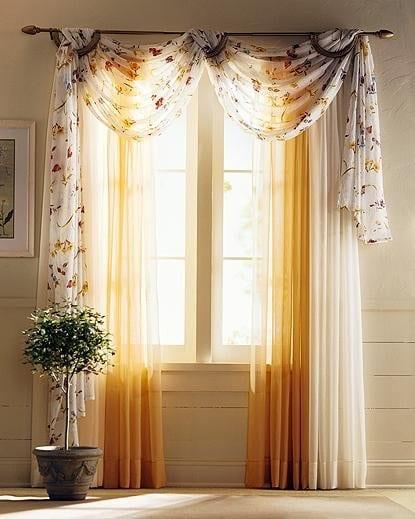 transparente gardinen in gelb und weiß mit blumenmotiv