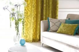 weißes sofa mit blauen und gelben kissen
