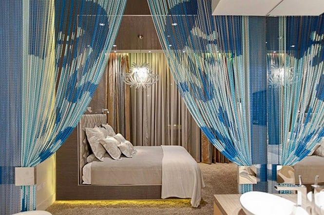 schlafzimmer gestalten-begehbares badezimmer mit blauem Vorhang