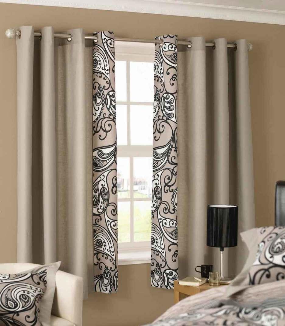 wandfarbe Taupe mit Gardinen inTaupe Farbe mit grau weißem Motiv-bettwäsche taupe farbe- kleine nachttischlampe schwarz