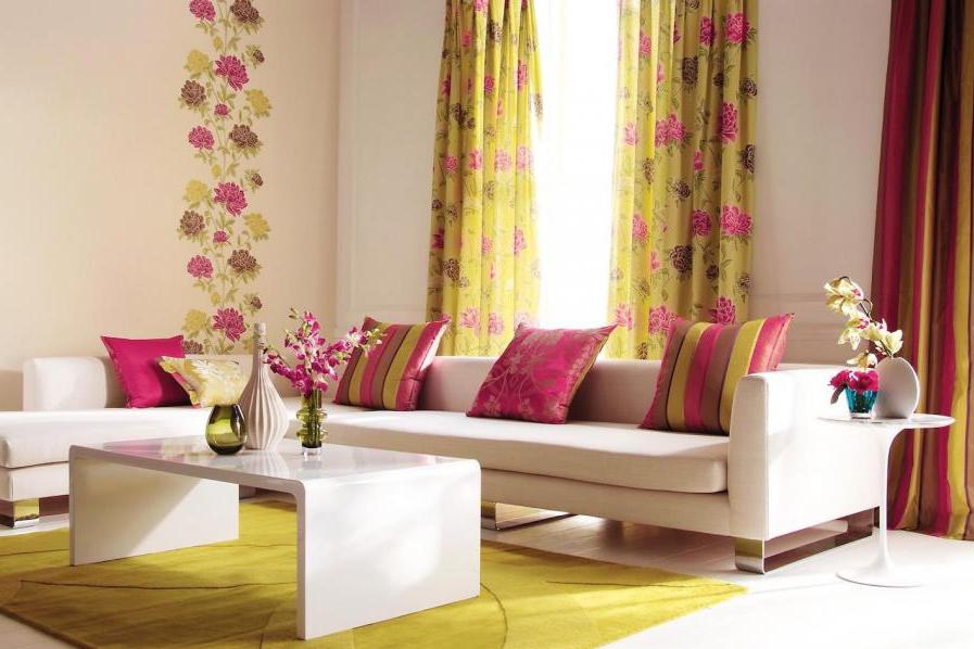 modernes wohnzimmer gestalten- weißes sofa mit rosafarbigen kissen und couchtisch weiß-teppich gelb-wandtattoo blumen