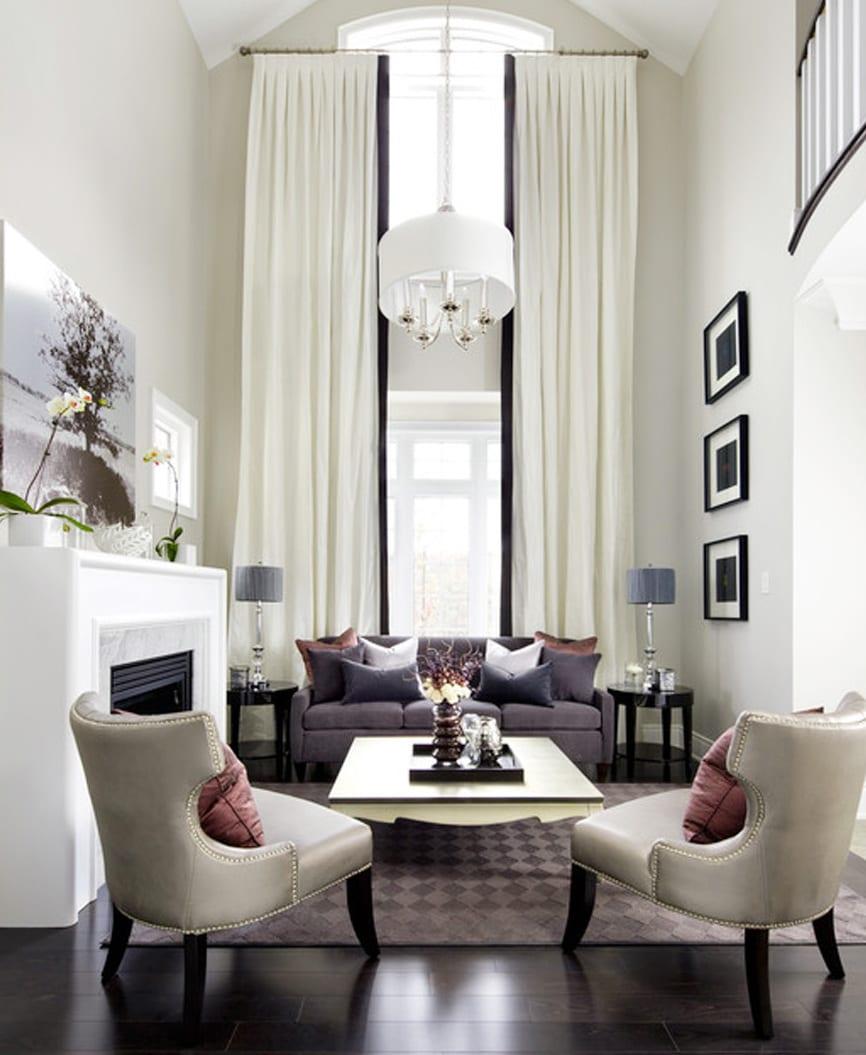 luxus wohnzimmer einrichten mit raumhöhen Gardinen weiß-sofa lila-weißer kamin-schwarze runde couchtische