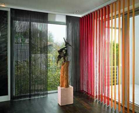 farbgestaltung idee mit schwarzen und roten gardinen