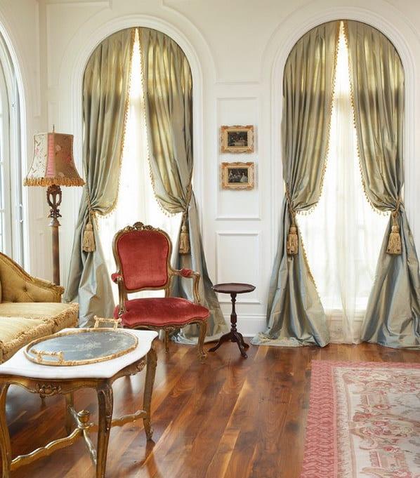 klassische raumgestaltung mit holzboden und weißen wänden- barockmöbel mit rotem Damast