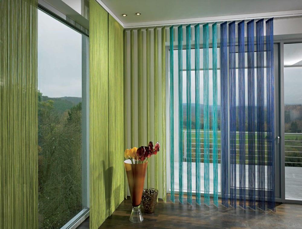 regen gardinen in hellblau und dunkelblau- panoramafenster mit gardinen grün