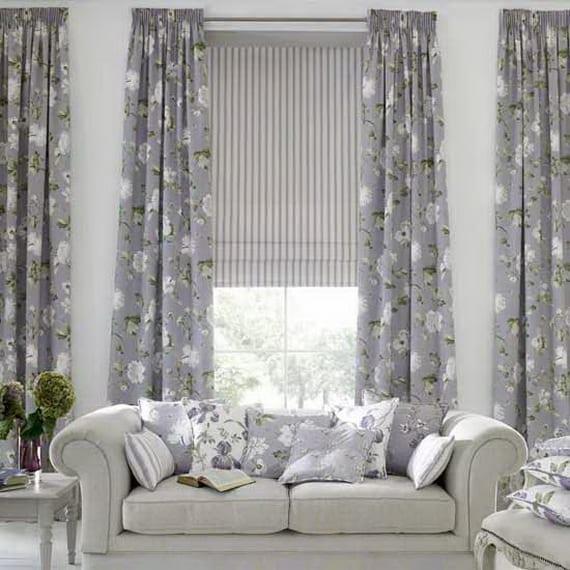 wohzimmer grau mit grauen gardinen mit weißem Blumenmotiv- fensterrollos grau und weiß