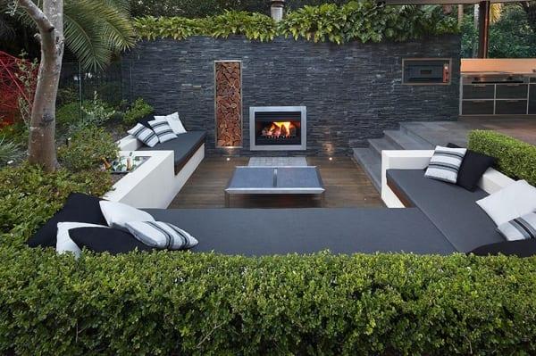 terrassengestaltung mit modernen Sitzfläche in weiß mit schwarzem kissen