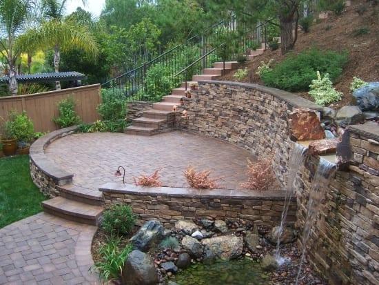 wasserfall im garten-halbrunde terrasse aus naturstein