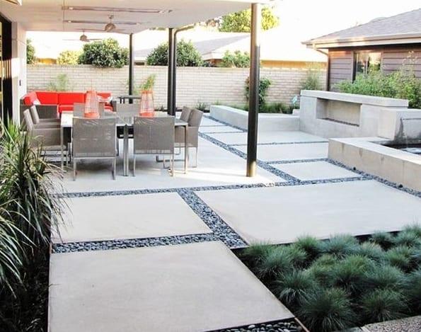 garten mit außenkamin und überdachte terrasse mit ecksofa rot