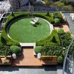 Dachterrasse mit Holzpodest und Rundgarten- kleiner Garten in der Stadt