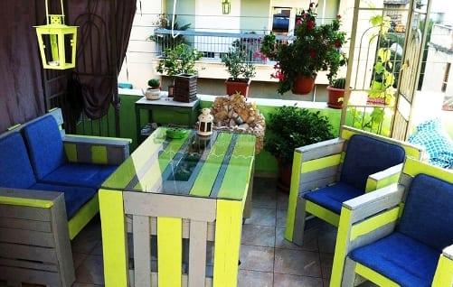 überdachte terrasse mit palettenmöbeln in grau und grün