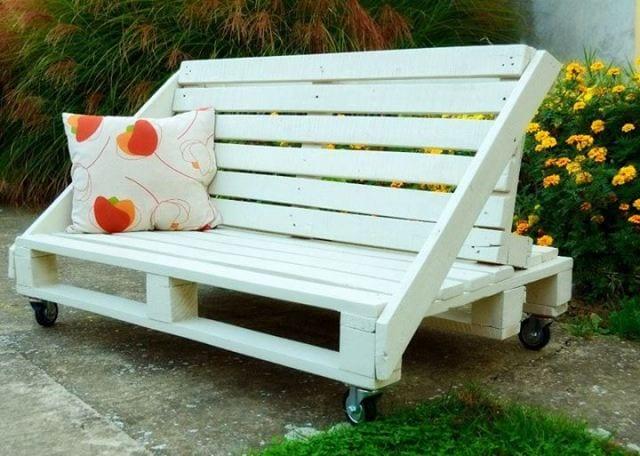 do it yozrself möbel- weiße holzbank aus paletten mit rollern