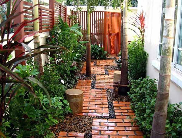 kleiner hofgarten mit gartenweg aus pflastern