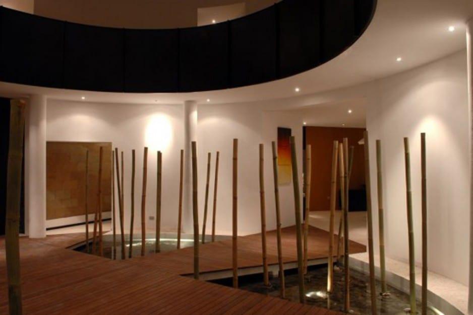 Wohnzimmer mit Wassergestaltung und Bambus- Raum mit runden Wänden