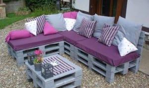hartenmöbel grau mit lila sitzkissen und grauen dekokissen