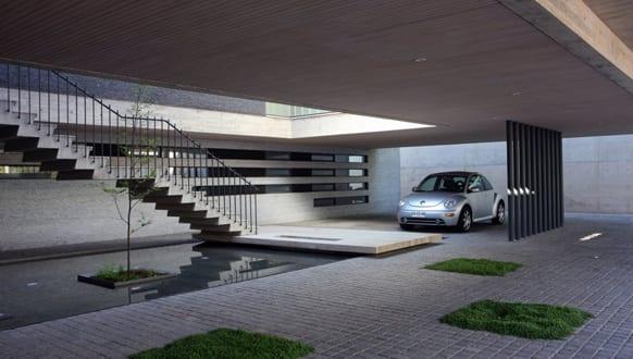 modernes haus aus sichtbeton mit pool und betontreppe-garage mit carport