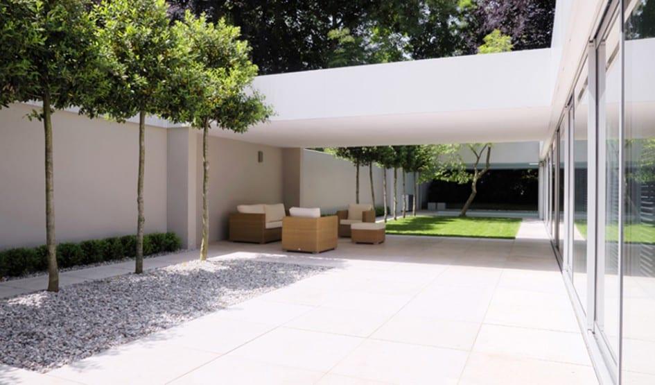 modernes haus mit kleinem Hofgarten mit Bäumen