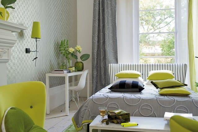 schlafzimmer grau mit bettdecke und gardinen in hellgrau-sideboard schlafzimmer weiß