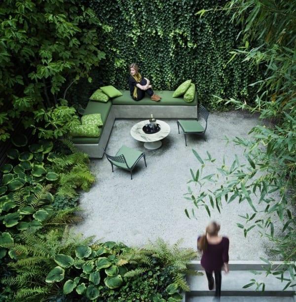 gartengestaltung mit terrasse und ecksofa grün mit rundtisch