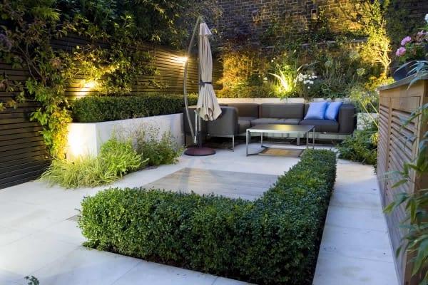 terrassengestaltung mit garten und terrassenmöbel in grau