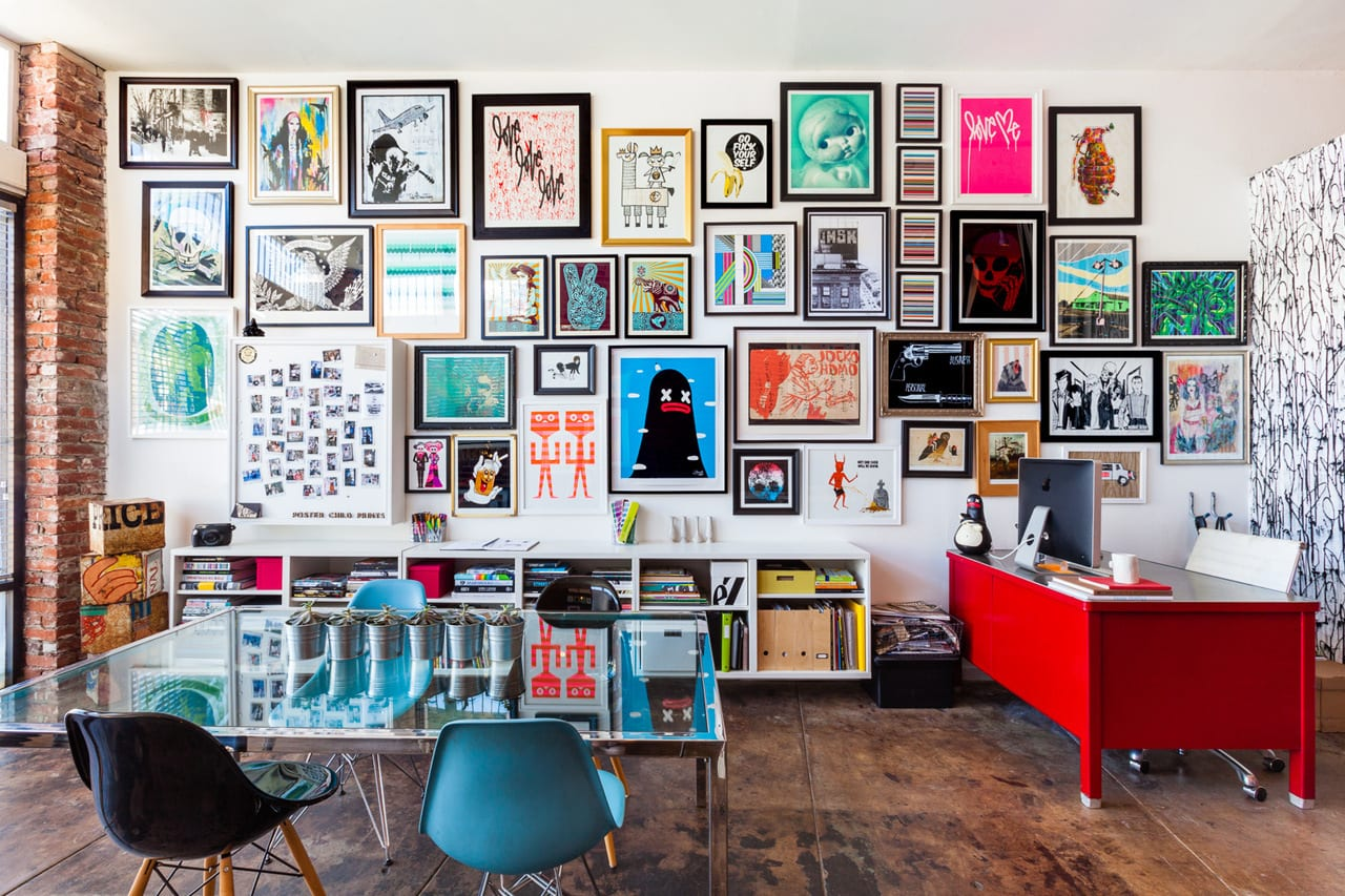 wohnzimmer farbgestaltung-roter schreibtisch und weißer seidboard-quadratischer glastisch mit blauen stühlen