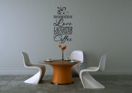 minimalistisches wohnzimmer interior mit weißen kunstofstühlen und modernem rundtisch in orange