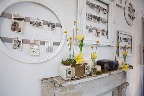 vintage wanddeko idee mit weißen bilderrahmen-holzkamin deko