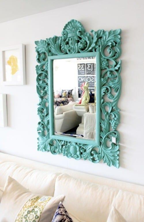 wohnzimmer wandgestaltunf -wandspiegel mit blauem Bildrahmen