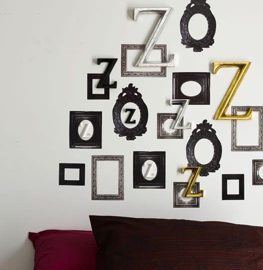 wanddeko mit bilderrahmen und Buchstaben