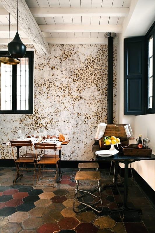 vintage interior küche - deckengestaltung weiß -schwarze pendelleuchten-atik bodenmuster mit fliesen
