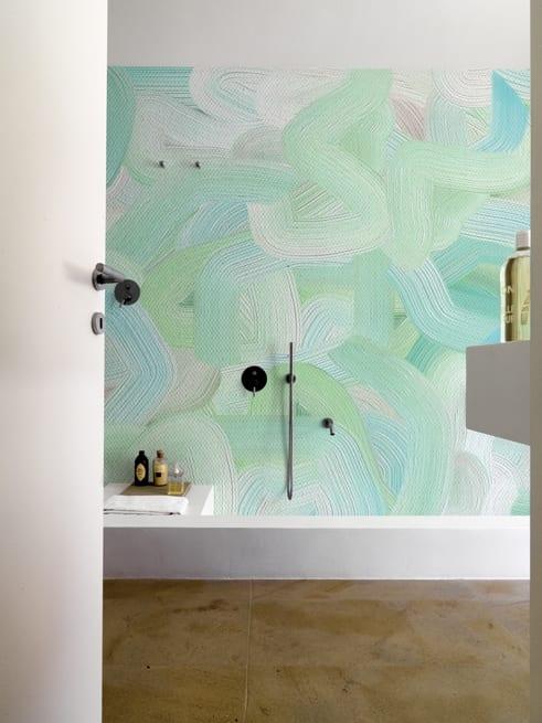 modernes badezimmer mit wandgestaltung in grün