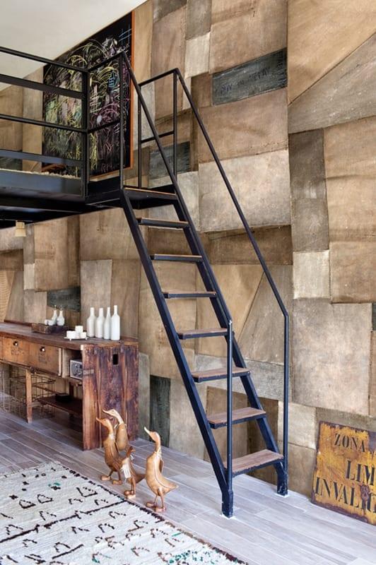 wandgestaltung mezzanine mit stahltreppe-vintage sideboard holz dekorieren