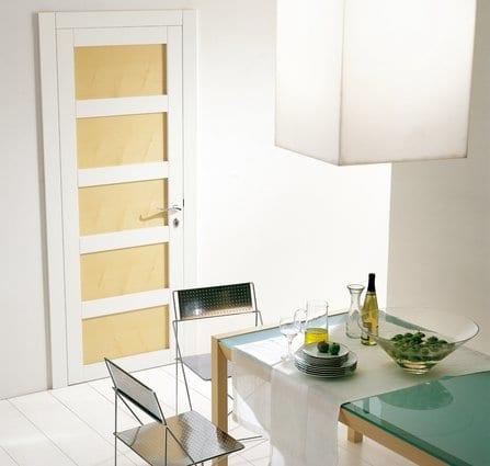 modernes esszimmer interior mit weißer pendelleuchte und esstisch aus holz mit glasplatte
