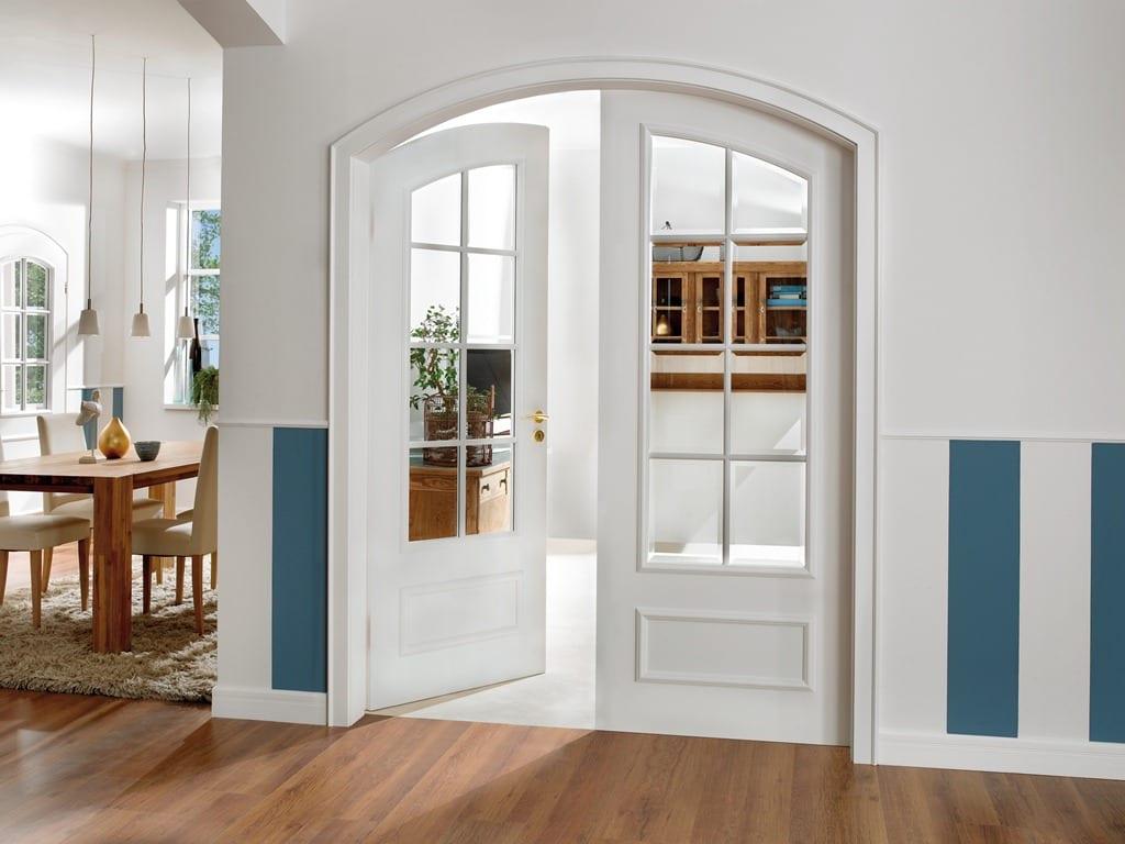 wandmuster streichen-esszimmer mit laminatboden und holzesstisch-weiße bogentür mit zwei flügeln