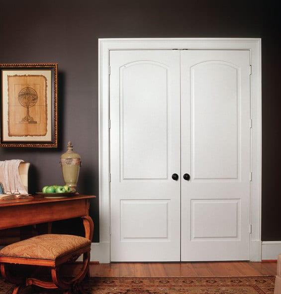 innentüren weiß- wohnzimmer braun mit wandfarve schokoladenbraun und rustikalem streibtisch aus holz