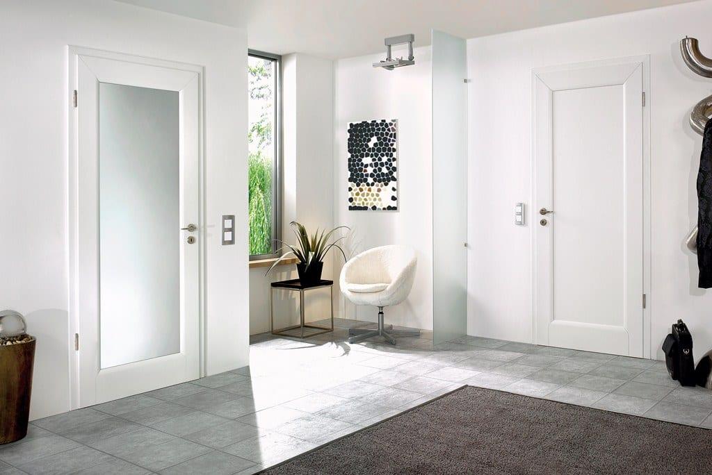 wohnideen flur - fliesenboden mit teppich braun und drehsessel weiß